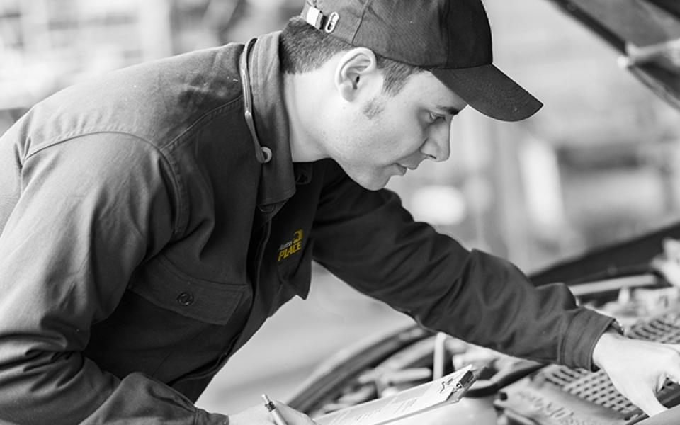 Mécanicien AutoPLACE qui vérifie un moteur